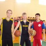 Воспитанники ДЮСШ помогат малышам освоить стритбол